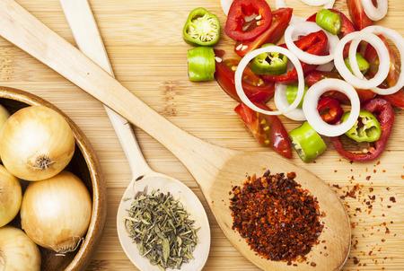 pimenton: Polvo de la paprika en la cuchara de madera y ensalada Foto de archivo