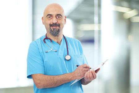 estetoscopio: Doctor que toma notas