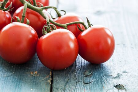 tomate: Les tomates fra�ches sur la table mill�sime