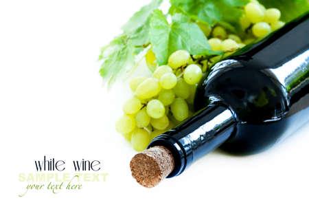 bouteille de vin: Wine bottle and grape