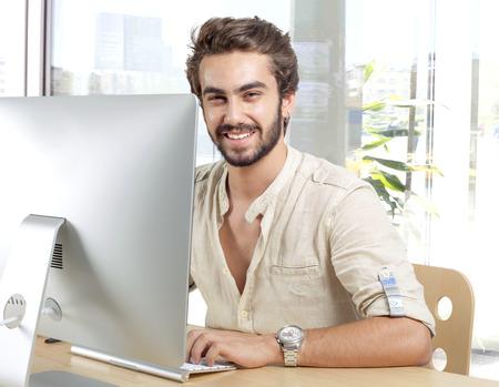 Giovane uomo lavorando su computer Archivio Fotografico