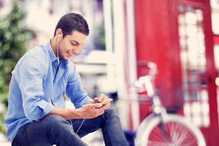 hablando por telefono: Hombre joven con teléfono móvil