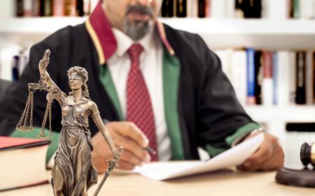 Judge in courtroom Banque d'images