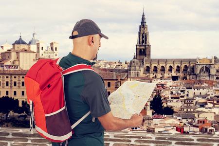 mochila de viaje: Hombre turístico que mira el mapa Foto de archivo