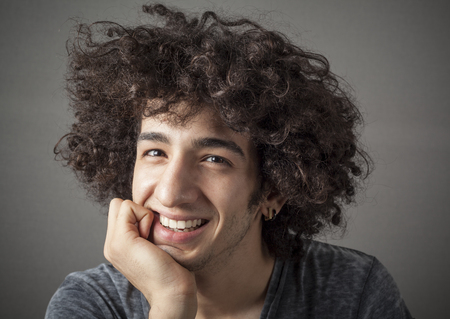 jovenes estudiantes: Retrato de hombre joven y sonriente Foto de archivo