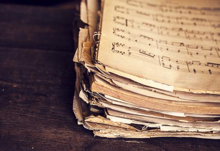 papel de notas: las hojas de música en el fondo de madera