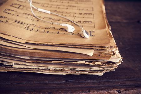 Music sheets on wooden background Standard-Bild