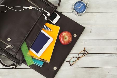 mochila escolar: Bolsa para la escuela Foto de archivo