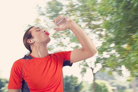 tomando agua: Runner man drink water Foto de archivo