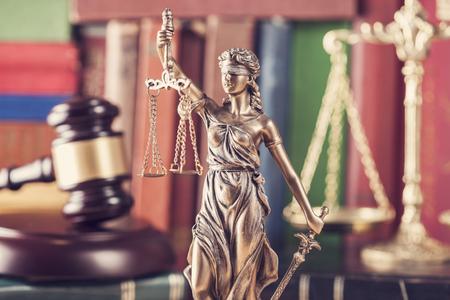 estatua de la justicia: Concepto de la ley, estatua, mazo, la escala y los libros Foto de archivo