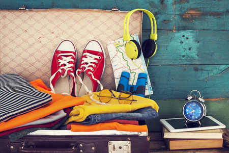 mujer con maleta: Maleta de vacaciones