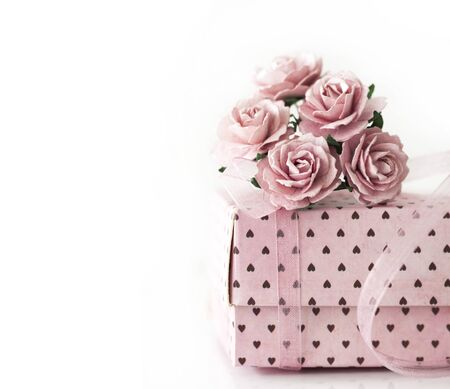 rose bouquet: Pink gift box on white background