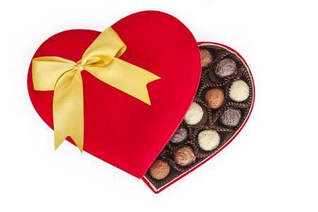 cioccolato natale: Tartufi in scatola su sfondo bianco