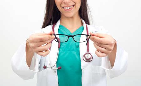 oculist: Oculista sexo femenino que da los vidrios Foto de archivo
