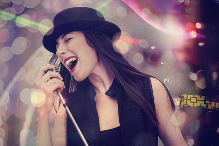 Młoda kobieta śpiewa z mikrofonem
