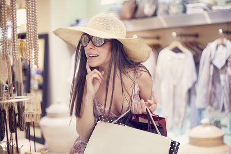 chicas de compras: Compras de la mujer joven en almacén Foto de archivo