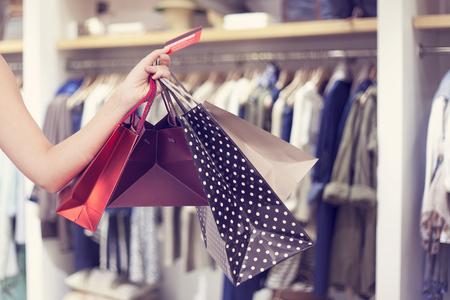 tarjeta de credito: Mujer sosteniendo bolsas de compra y la tarjeta de crédito  Foto de archivo