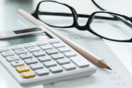 calculadora: calculadora de la pluma y los vidrios Foto de archivo