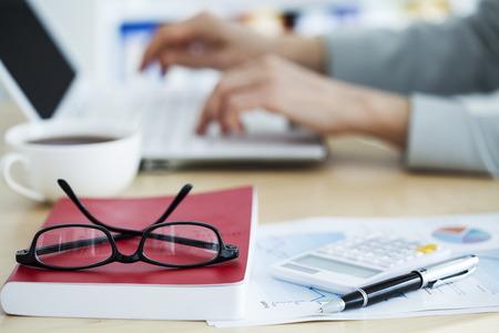 papeles oficina: concepto de negocio, que trabaja en la oficina Foto de archivo