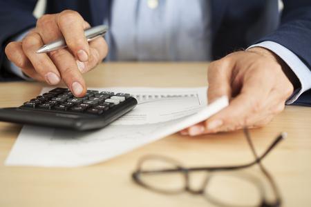 hombre escribiendo: persona de negocios que trabaja en la oficina