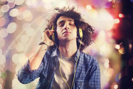 若い男のヘッドフォンで音楽を聴く 写真素材
