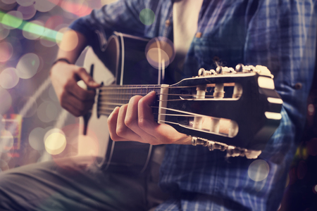 Jeune homme jouer de la guitare