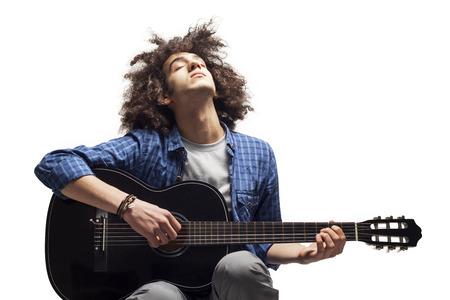 guitarra: Joven tocar la guitarra