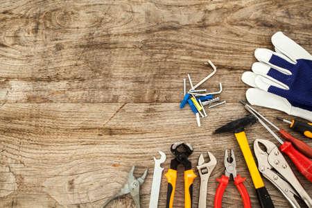 herramientas de trabajo: Diversas herramientas de trabajo sobre fondo de madera