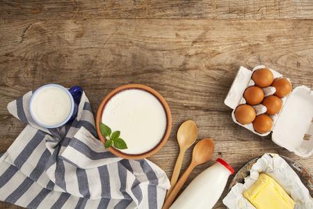 lacteos: productos lácteos en la mesa de madera