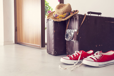 Vacation suitcase by front door Banque d'images
