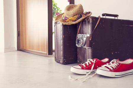 Vakantie koffer door de voordeur Stockfoto