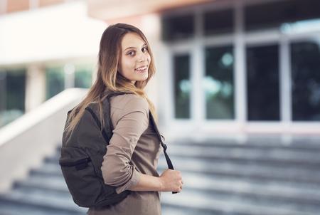 MOCHILA: La muchacha del estudiante en la escuela