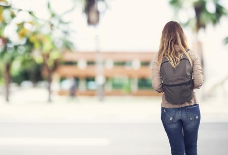 colleges: La muchacha del estudiante en la escuela