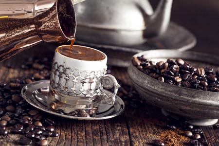 나무 테이블에 터키어 커피 스톡 콘텐츠