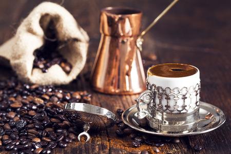 greek pot: caffè turco su tavola di legno Archivio Fotografico