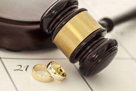 anillo de boda: Concepto de divorcio con los anillos de boda y martillo