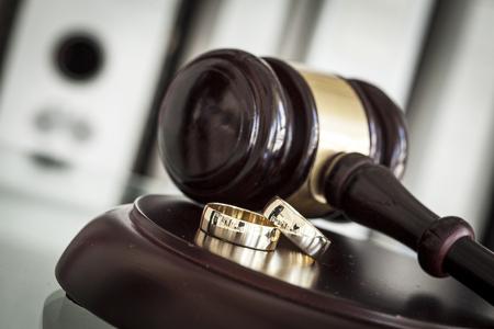 망치와 결혼 반지와 이혼 개념 스톡 콘텐츠