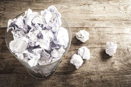 cesto basura: papel arrugado en la papelera