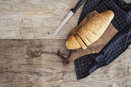 madera rústica: Rebanadas de pan en la mesa de madera Foto de archivo