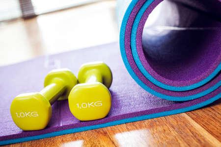 Haltère sur le tapis de yoga