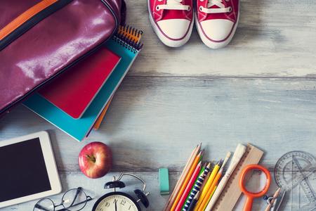 zapatos escolares: Fuentes de escuela en el fondo de madera