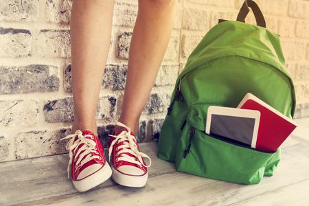 zapatos escolares: las piernas de niña estudiante con mochila Foto de archivo