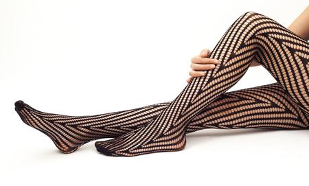 piernas mujer: Piernas de la mujer en calcetines en el fondo blanco