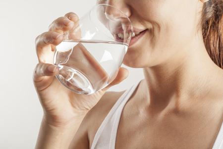 personen: Jonge vrouw het drinken van een glas water Stockfoto
