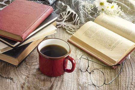 Libros con gafas de lectura en el escritorio Foto de archivo
