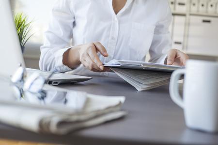 jornada de trabajo: Empresaria que trabajan en la Oficina Foto de archivo
