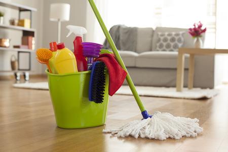 가정에서 청소 용품과 플라스틱 양동이