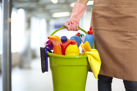 여자 청소 공급 건물에 들고 스톡 콘텐츠