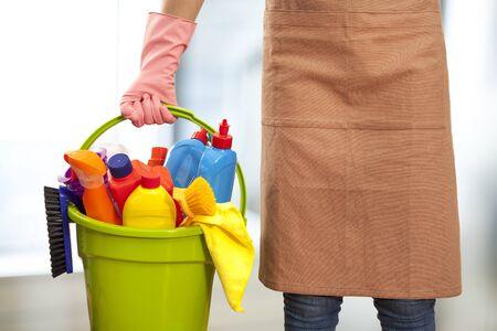 Vrouw met schoonmaakmiddelen