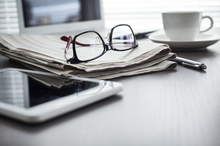 테이블에 신문과 태블릿 스톡 콘텐츠